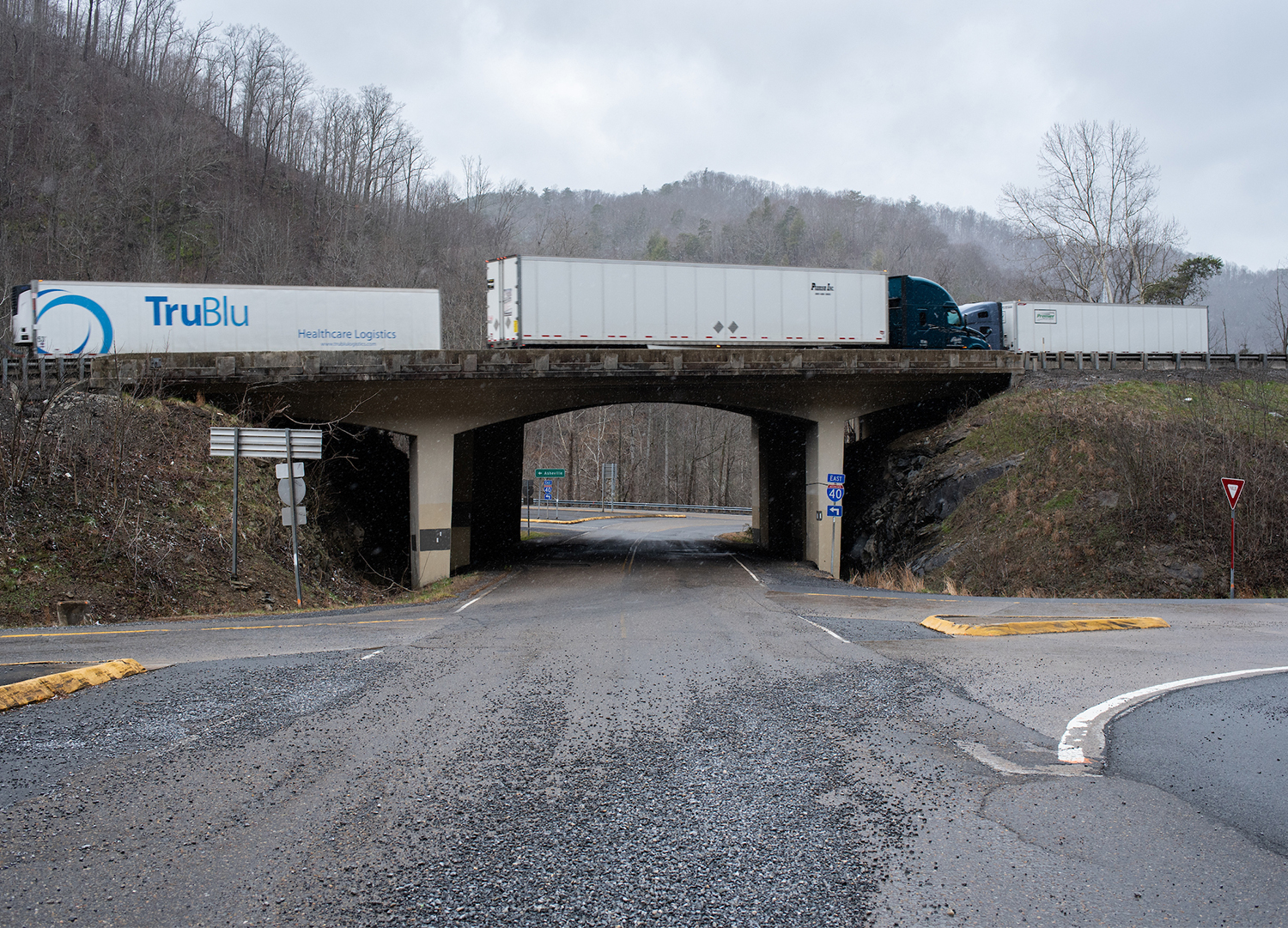 A photo of the overpass on I-40